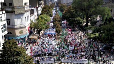 """Docentes y estatales destacaron la masividad del paro y la marcha contra las """"paritarias con techo"""""""