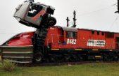 Increíble / así quedó un camión luego de ser arrollado por un tren en Bahía Blanca