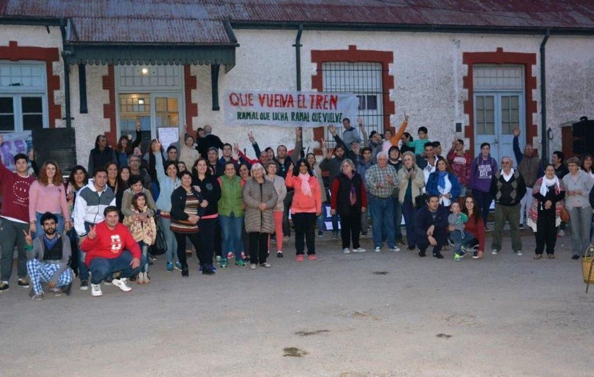 """#QueVuelvaElTren / realizaron un """"abrazo"""" a la estación de Coronel Pringles"""
