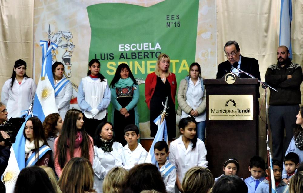 """En Tandil, estudiantes secundarios eligieron llamar """"Luis Alberto Spinetta"""" a su escuela"""