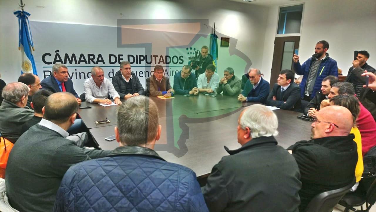 """Diputados opositores defendieron el Turf y aseguraron que """"van a pelear la fuente de trabajo de las más de 80 mil familias"""""""