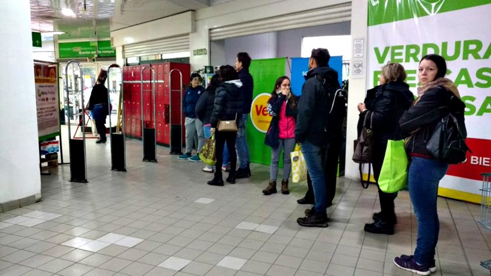 Los supermercados amanecieron abarrotados de gente por la promo del 50% del Banco Provincia