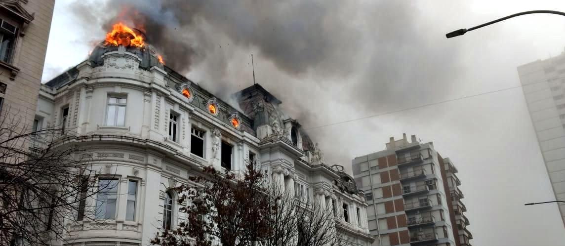 Se incendió el Banco Nación de Bahía Blanca: imágenes y videos