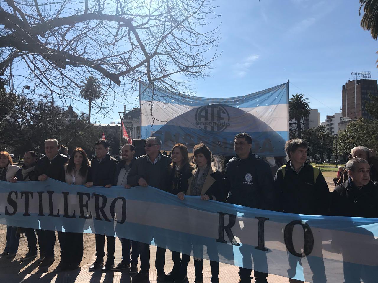 Los concejales de la oposición sesionaron en la carpa de Astilleros