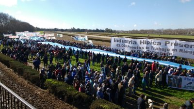 """""""El Turf es Trabajo"""", rezan las banderas en los hipódromos de San Isidro, La Plata y Azul"""