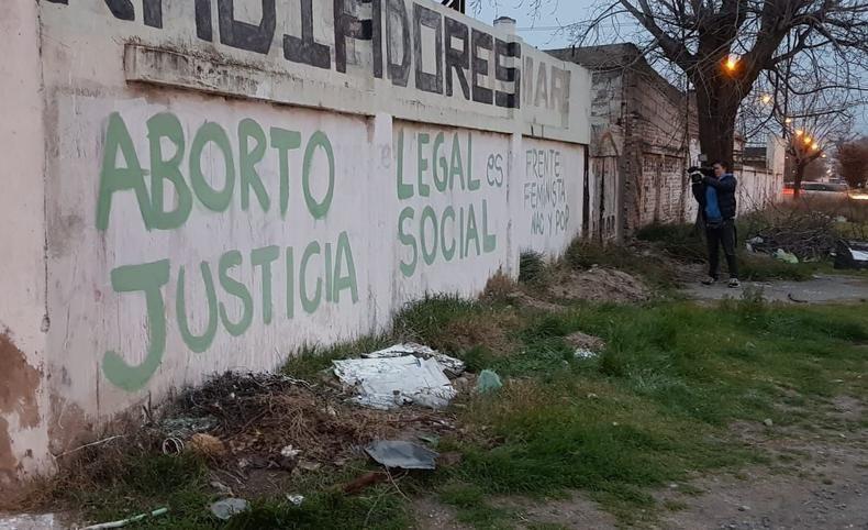 Bahía Blanca / Denuncian violencia institucional contra cinco mujeres detenidas por hacer pintadas a favor del aborto legal