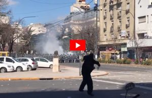 VIDEOS / La Policía reprimió a los astilleros y el centro de La Plata fue una verdadera batalla campal
