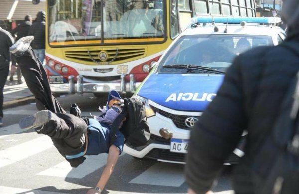 VIDEO / Un policía atropelló a un trabajador del Astillero y sus compañeros destrozaron el patrullero