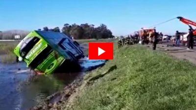 Volcó un colectivo en Ruta 2, murieron tres pasajeros y detuvieron al chofer