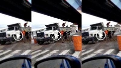 Un video de dos obreros de Olavarría se volvió viral: uno descargaba tierra y el otro la volvía a cargar