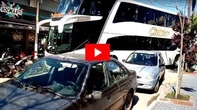 VIDEO / Como una vaca en un baño: un micro doble piso se metió en el centro de Cañuelas y quedó atascado