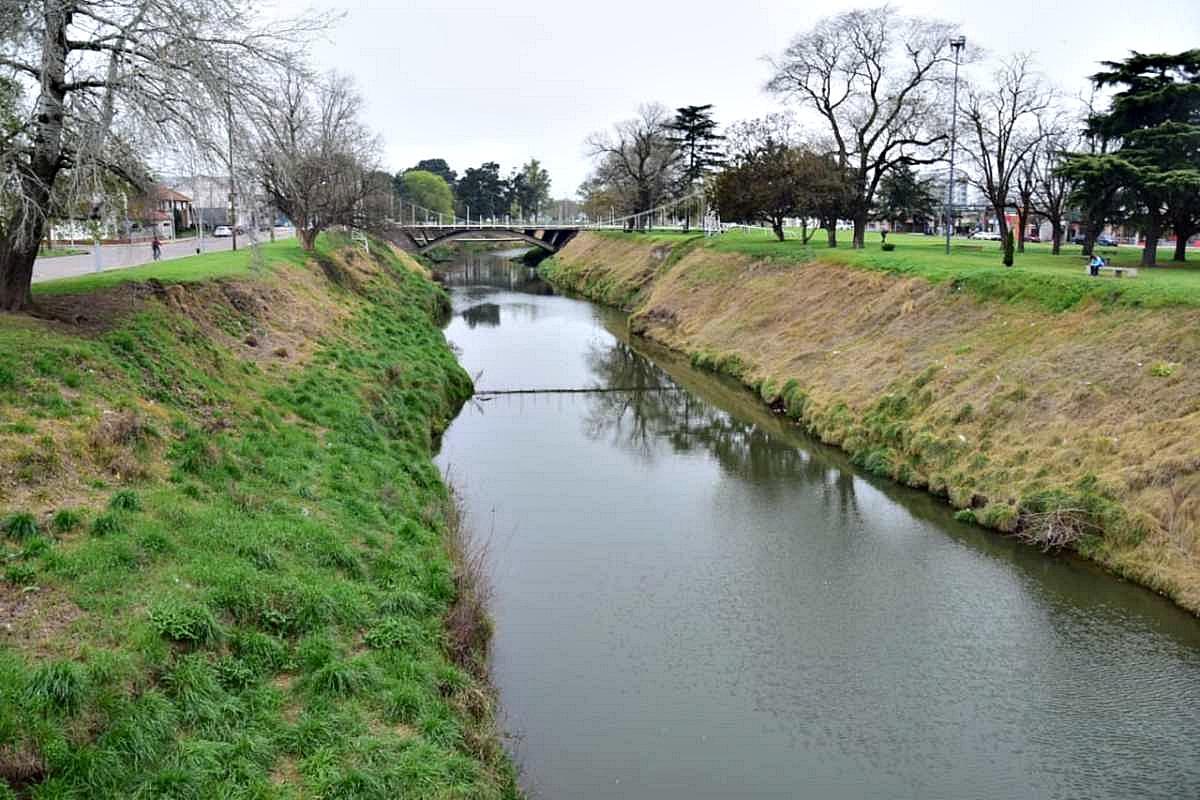 Grave denuncia en Olavarría: la Municipalidad habría aplicado glifosato a la vera del arroyo Tapalqué