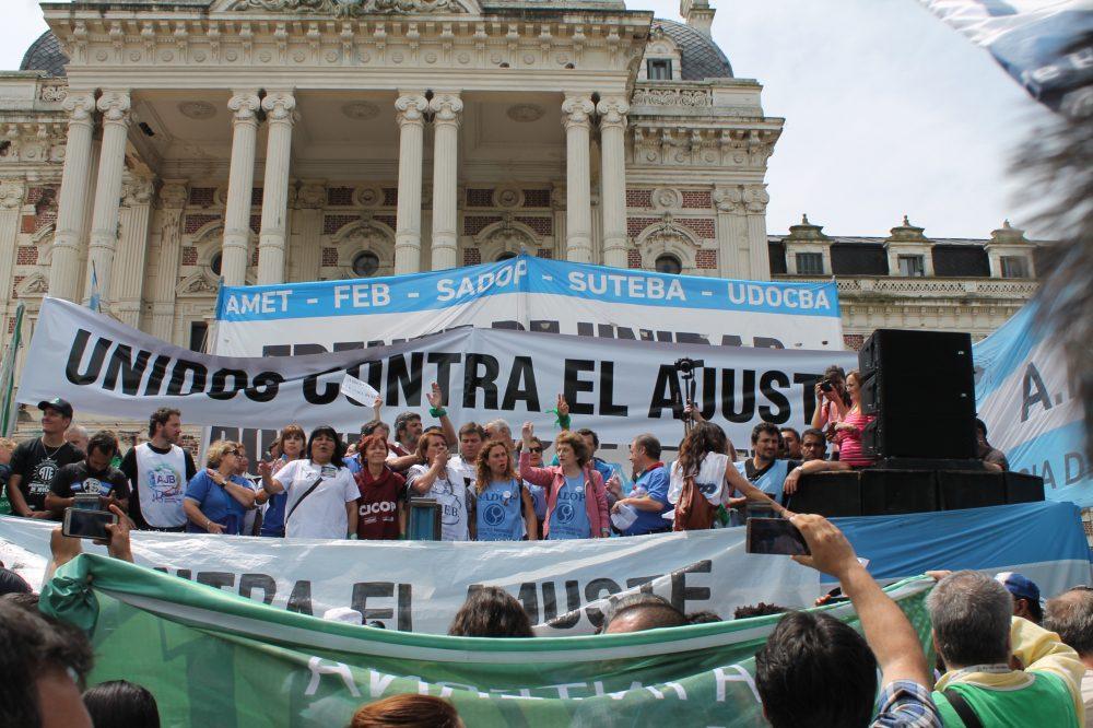 Estatales se movilizaron a gobernación contra la política salarial y pusieron el foco en el Presupuesto
