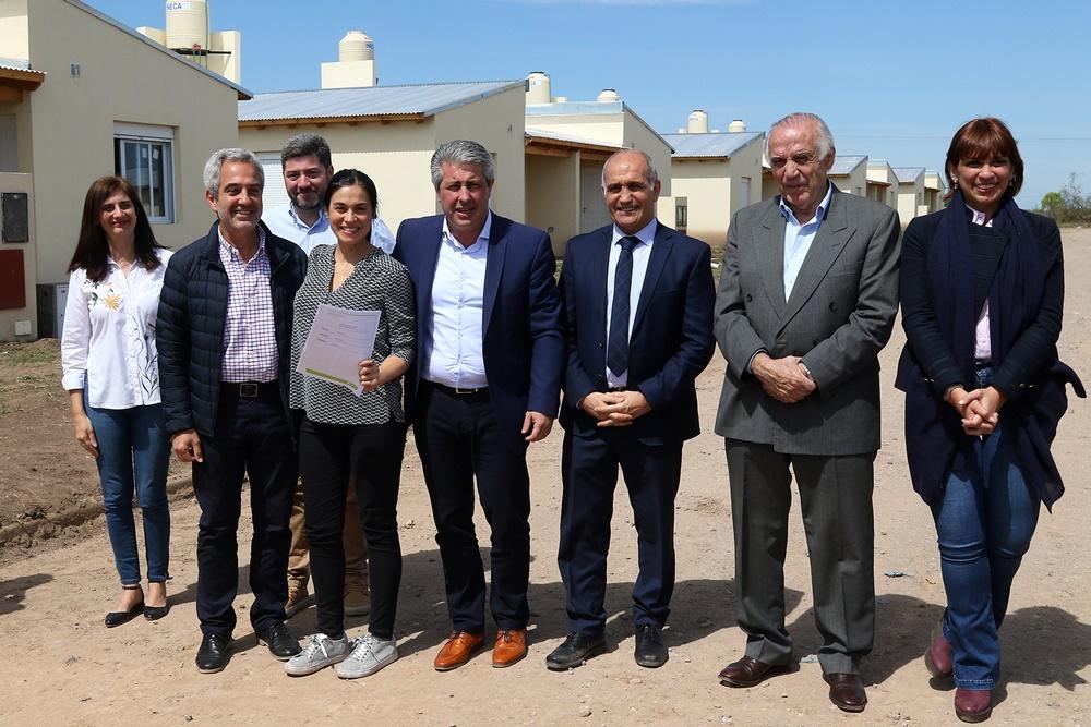 Pergamino / El intendente Javier Martínez entregó viviendas junto al vicegobernador Daniel Salvador