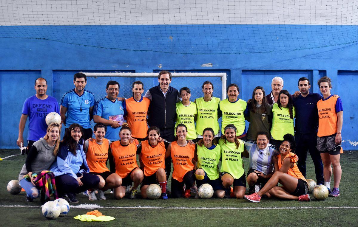 El intendent Julio Garro visitó a la Selección Femenina platense de fútbol que se coronó bicampeona provincial