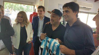 """Lacunza cholulo: Recibió camiseta firmada del ex jugador de Racing y la selección argentina,  Jorge """"el Vasco"""" Olarticoechea en Saladillo"""