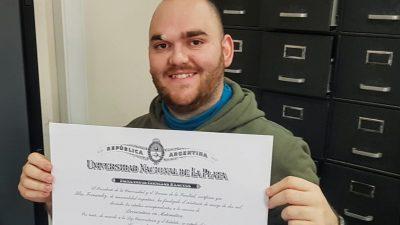 Un joven de Coronel Mom se recibió de Licenciado de Matemáticas de la UNLP con diez de promedio final