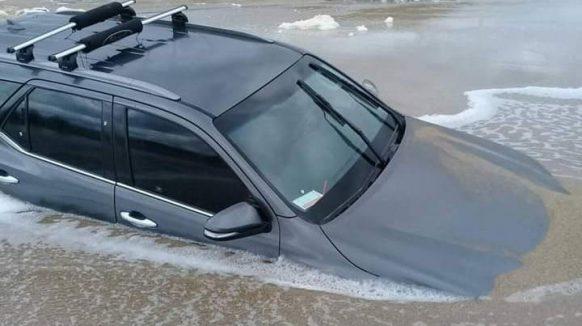VIDEO/ Fue con su Toyota 0 Km a la playa, se le encajó, subió la marea y quedó arruinada