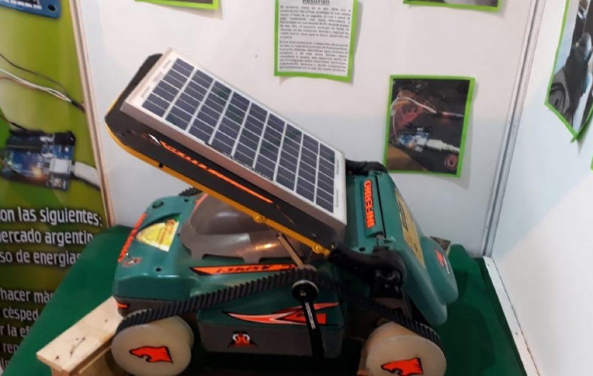 Alumnos de una Escuela Técnica de La Matanza crearon una máquina de cortar pasto solar que se maneja con el celular