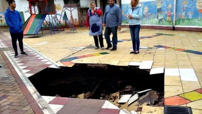 Terrible: en Lincoln se hundió el piso de un jardín de infantes y quedó un cráter en el patio