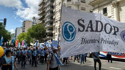 Los descuentos a docentes de escuelas subvencionadas no podrán superar el 20% del sueldo