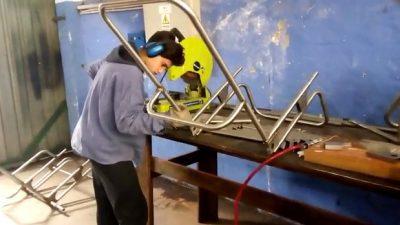 """Alumnos de la Escuela Técnica de Monte Hermoso fabrican """"sillas anfibias"""" para que las playas sean inclusivas"""