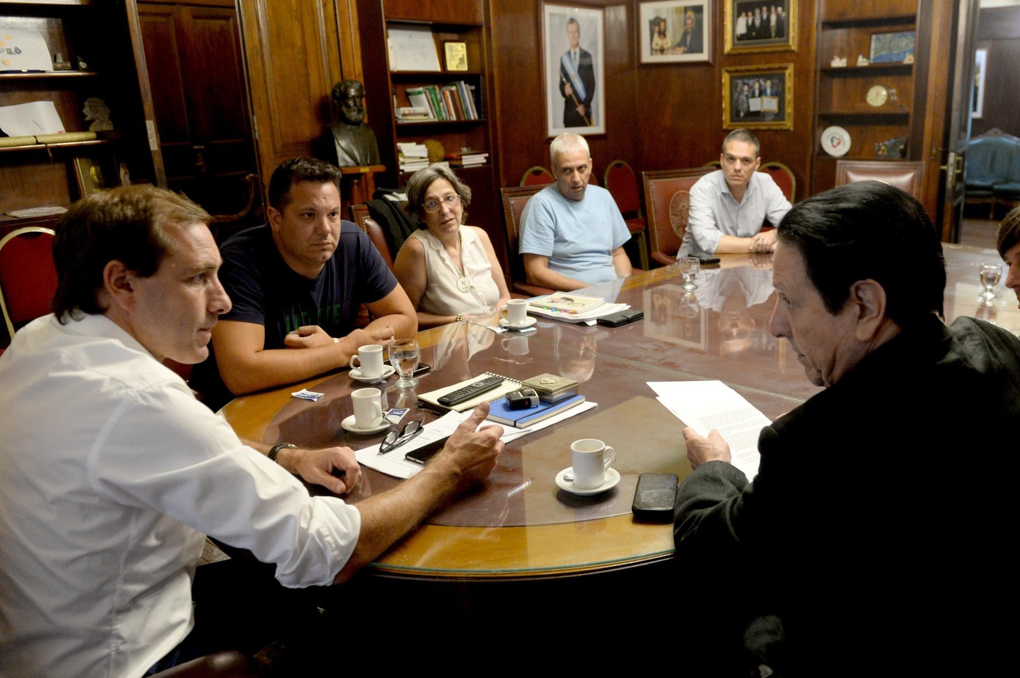 La Plata / Garro anunció el pase a planta de 1.100 trabajadores y un aumento del 5%