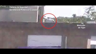 Tigre / No era Papá Noel, lo atraparon robando en los techos (video)
