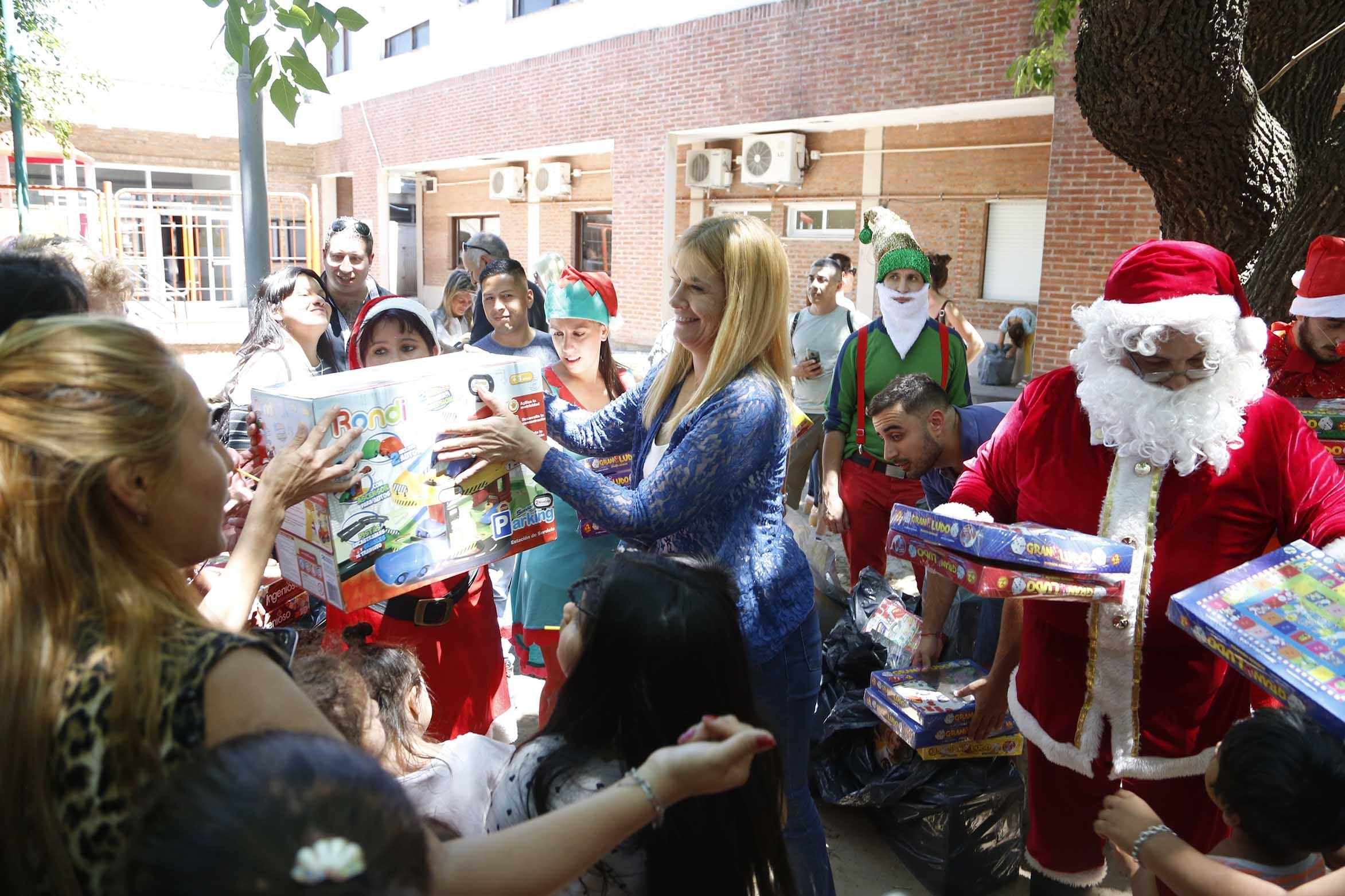 La Matanza / Magario entregó juguetes en el Hospital del Niño
