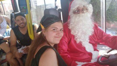 Bahía Blanca / No le importó el calor y salió a manejar el colectivo vestido de Papá Noel