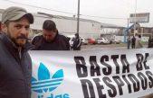 Video | Despedidos de Adidas Chivilcoy colgaron sus uniformes en local de Cambiemos