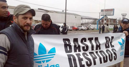 Video | Despedidos de Adidas Chivilcoy colgaron sus uniformes en local de Cambiemos