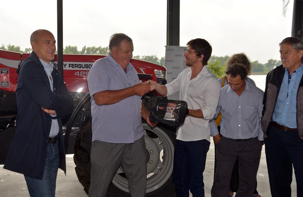 """San Fernando / Andreotti entregó un tractor a productores del Delta """"nuestra meta es ser los mayores productores de mimbre del mundo"""""""