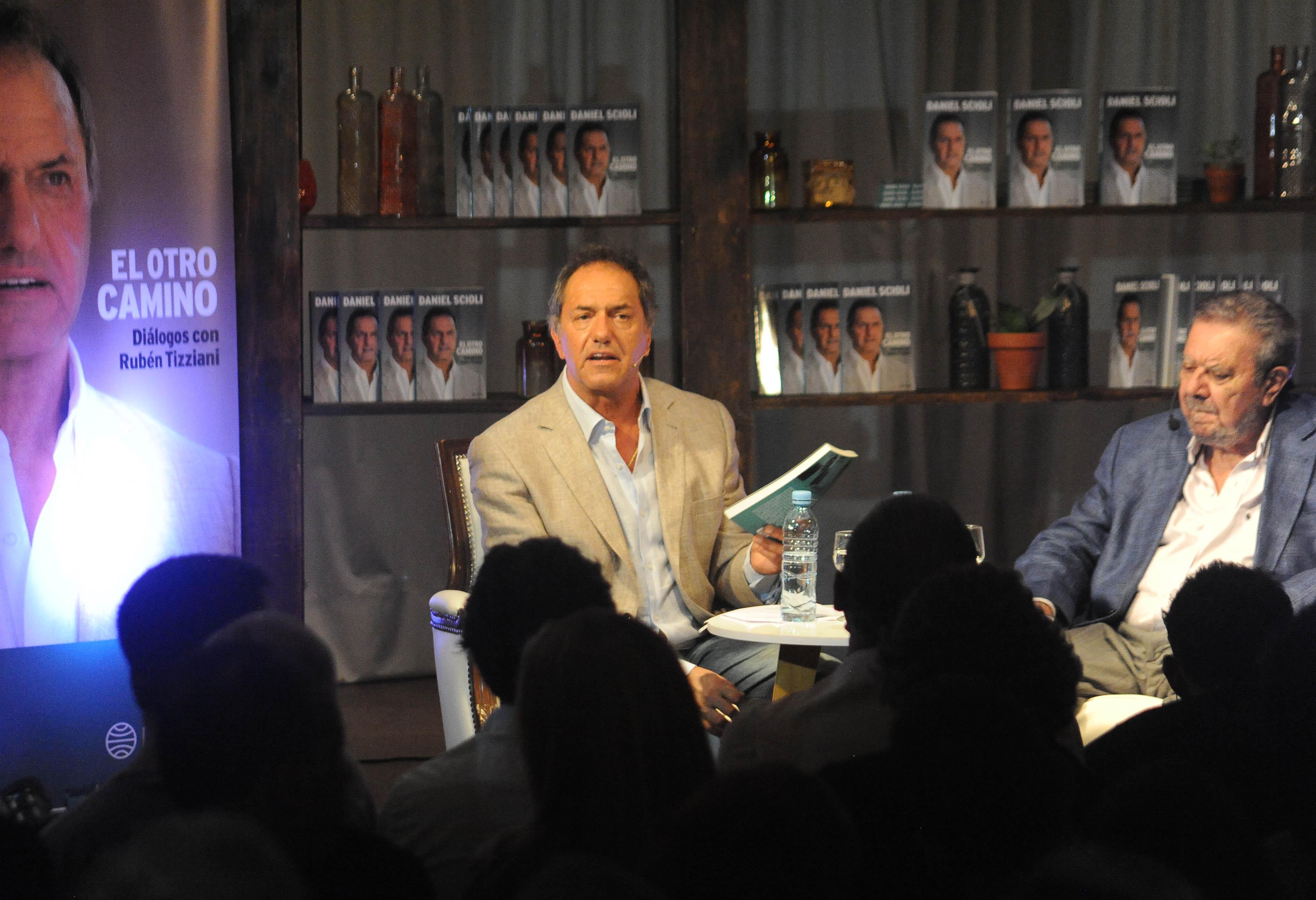 """Scioli presentó su libro """"El Otro Camino"""", con una visión social de la política y sin hablar de candidaturas"""