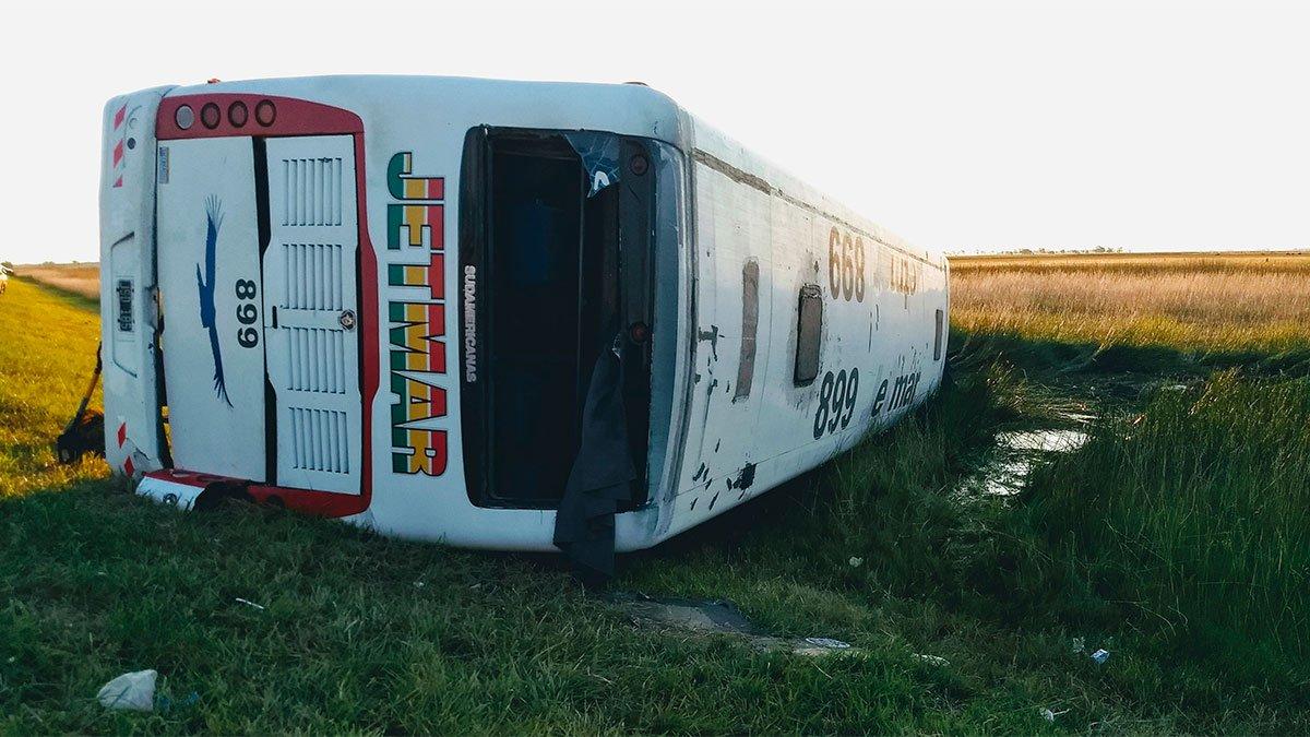 Tragedia en Ruta 3: Volcó un colectivo Plusmar a la altura de Las Flores y hay cinco muertos