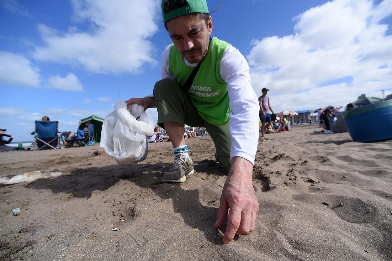 """Voluntarios y activistas de <a href=""""http://fotos.greenpeace.org.ar/Prensa/indexdesktop.php?layout=4col&amp;dir=20190202+Limpieza+de+Pasticos+en+Mar+del+Plata"""">Greenpeace</a> realizan una limpieza de plasticos de un solo uso en Playa Popular, para concientizar sobre los efectos adversos en océanos y su vida marina.<br />"""
