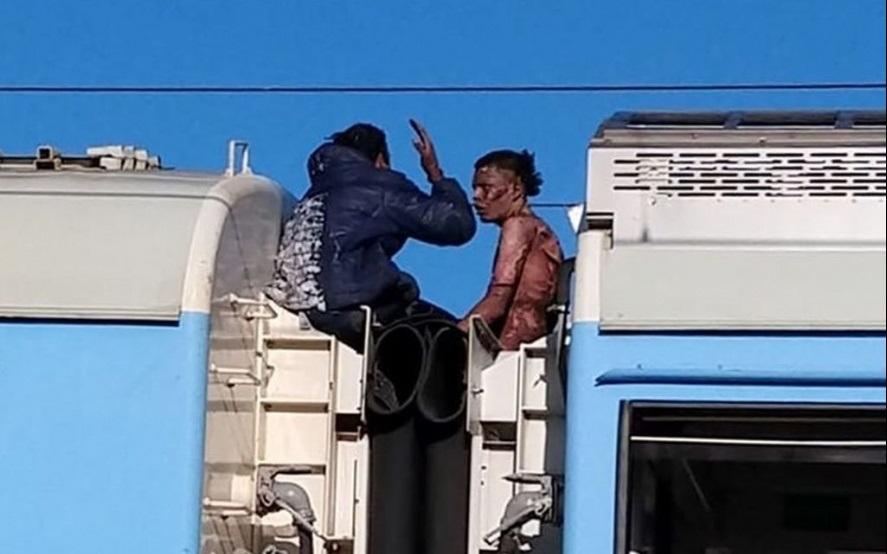 Murió uno de los jóvenes que se electrocutó en el techo de un tren