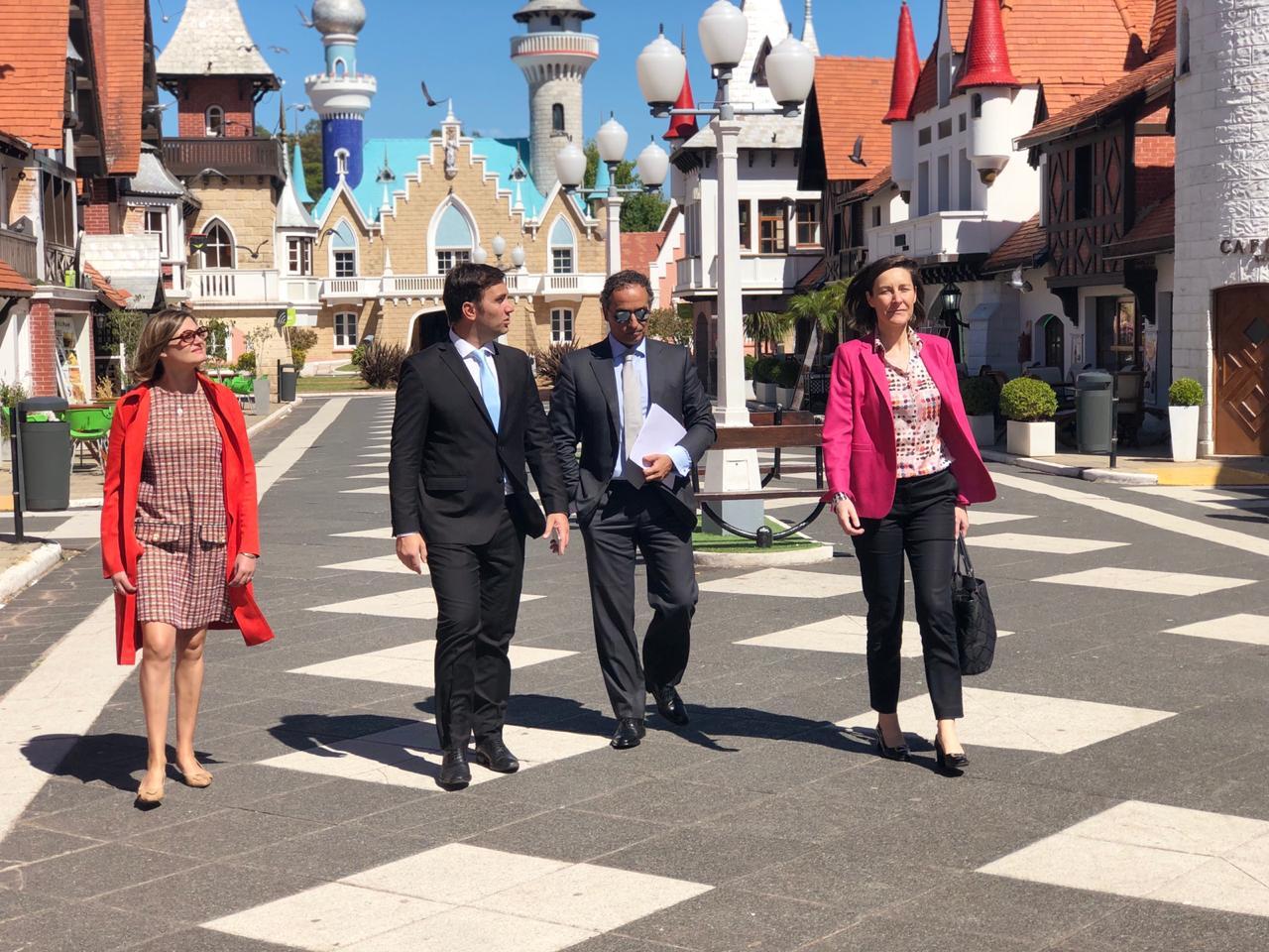 La embajadora de la Unión Europea, Aude Maio-Coliche, el embajador de Portugal, Joao Ribeiro Almeida, y Odino Faccia recorren la república de los niños