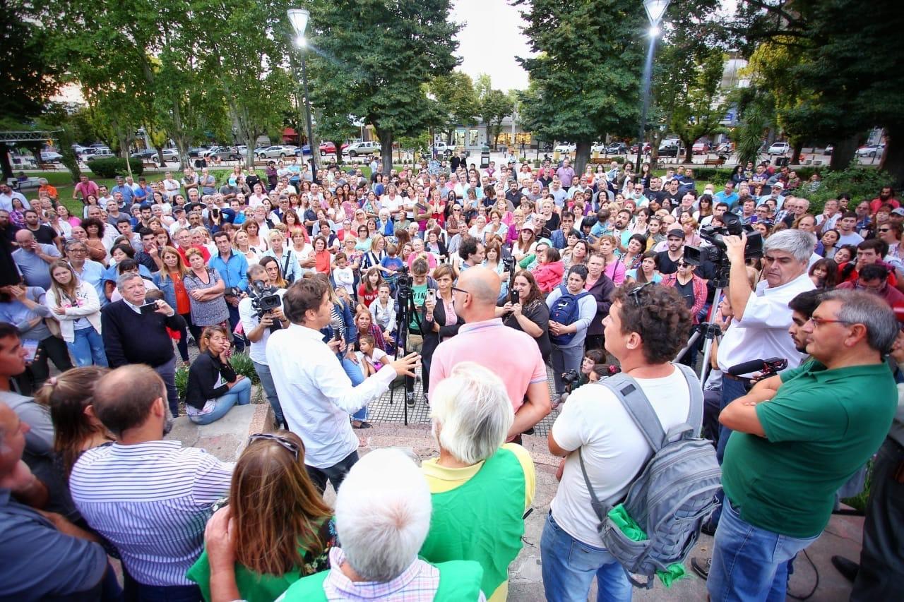 Axel Kicillof ante una multitud en Saladillo, provincia de Buenos Aires