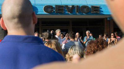 El intendente de Villa Gesell encabezó una inédita protesta frente a la cooperativa eléctrica