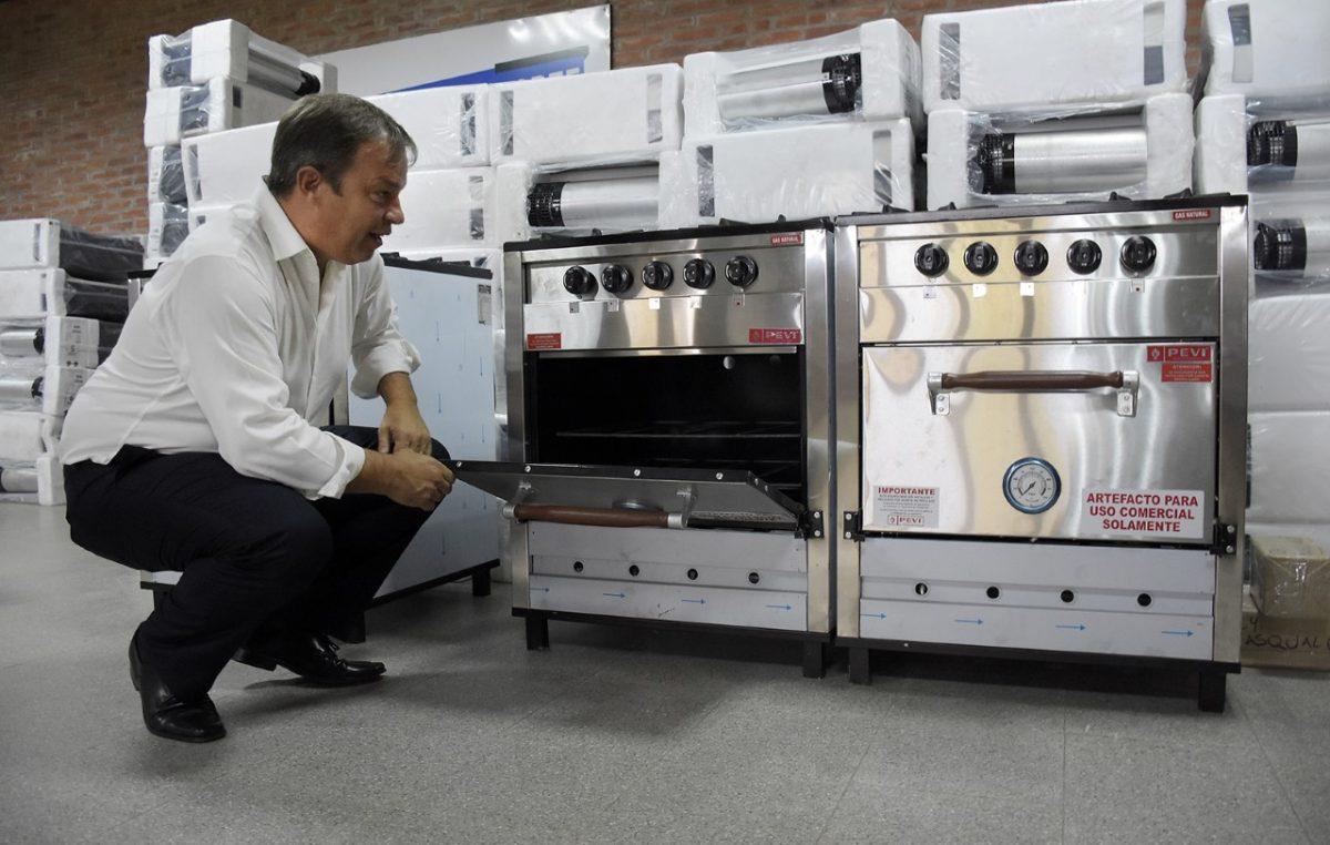 Alte Brown: Cascallares equipó a 70 escuelas del distrito con estufas, termo tanques y cocinas