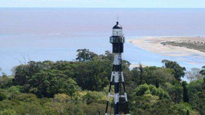 En el faro de San Clemente del Tuyú se instaló la primera estación de monitoreo de aves de Argentina