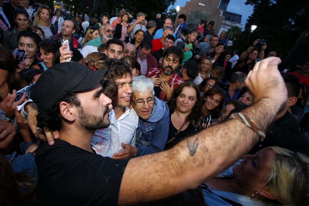 Axel Kicillof abrazado por una abuela en una de sus recorridas por la provincia de Buenos Aires