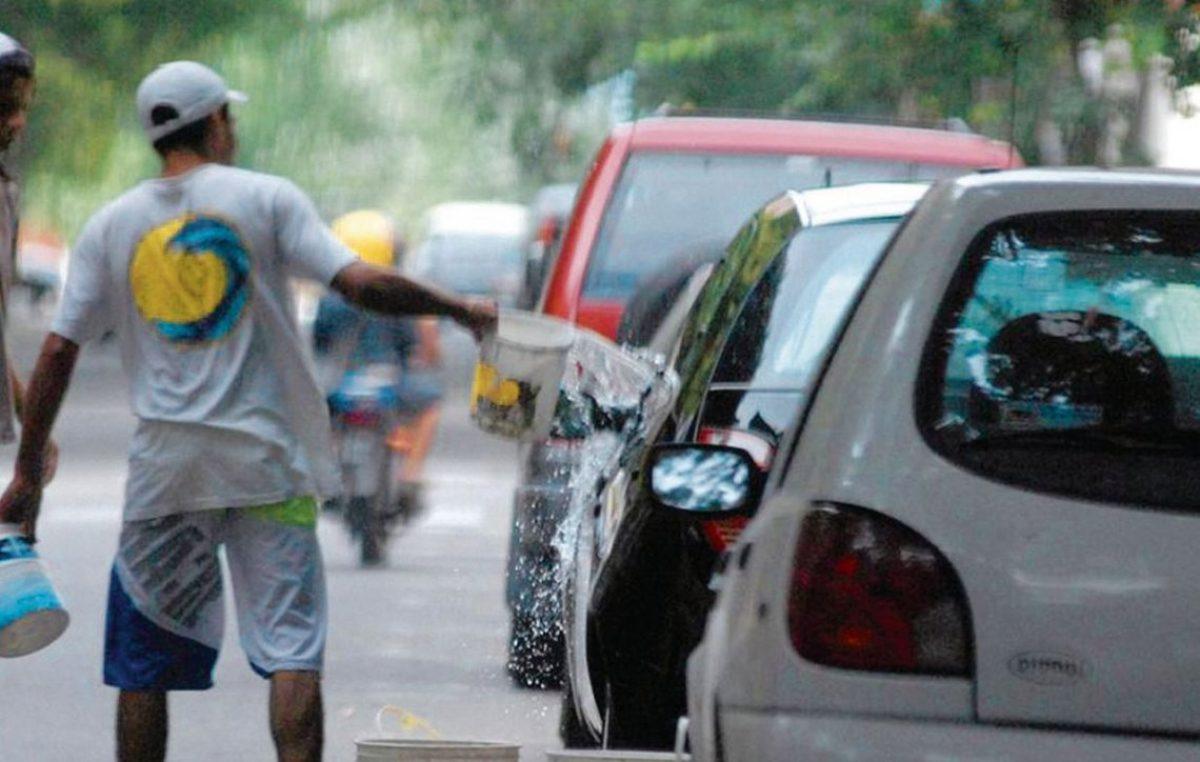 Desde Cambiemos buscan prohibir a los trapitos y limpiavidrios en la provincia con multas y detenciones