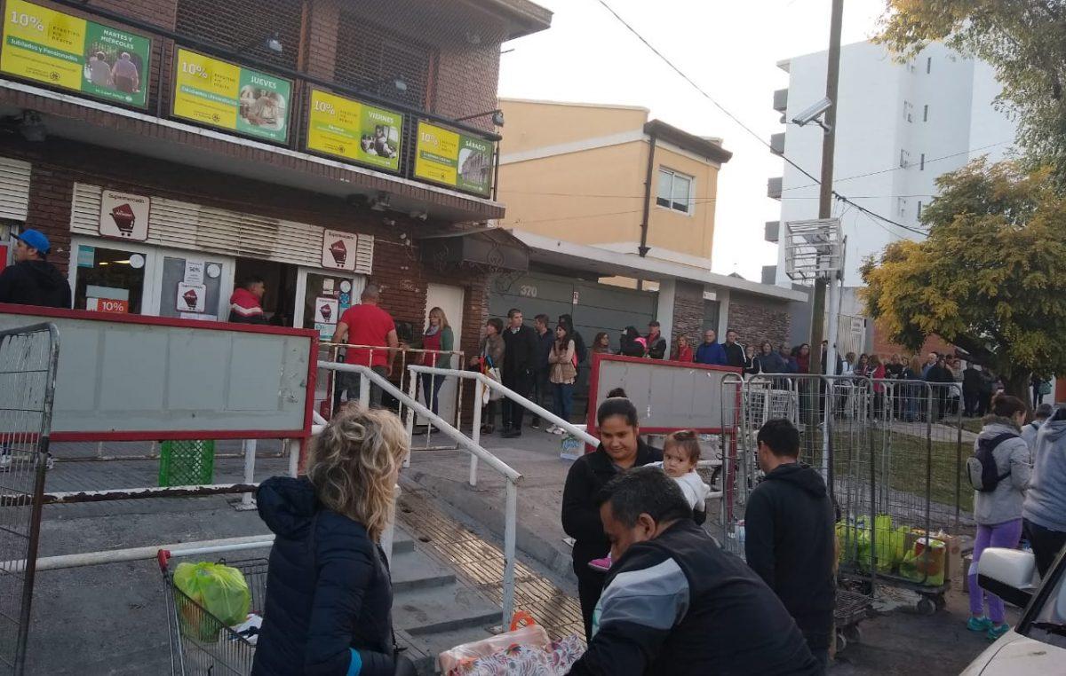 """Largas colas en los supermercados por la promoción """"Súper Ahorro"""" del Banco Provincia"""