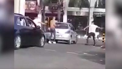 Mirá la pelea callejera en Castelar ¡le destrozan el auto a palazos!