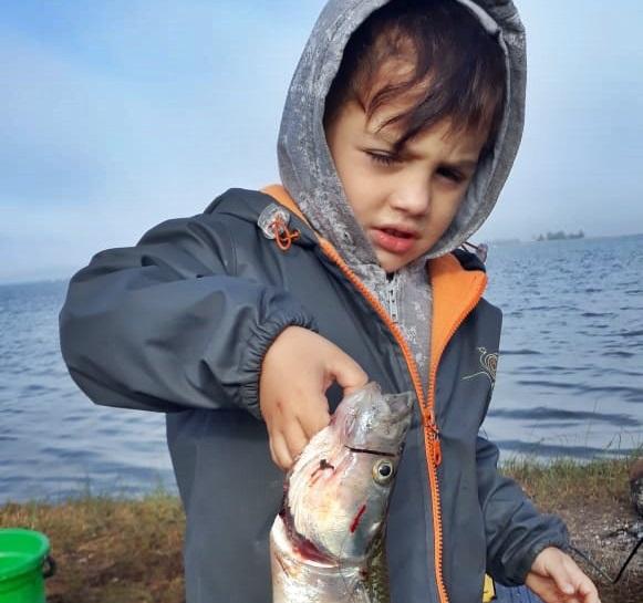 ¡Nació pescador! Tiene 4 años y sacó un pez que le llega a la cintura