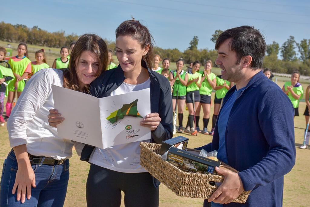 Lucha Aymar, Inés Arrondo y Francisco Echarren inauguraron la primera cancha de sintético de Hockey en Castelli