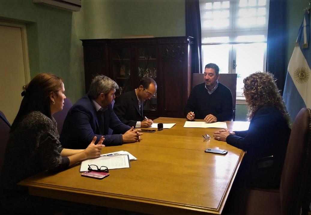 Pisano apuesta al arraigo de los jóvenes de Bolívar tras firmar un convenio con la UNNOBA