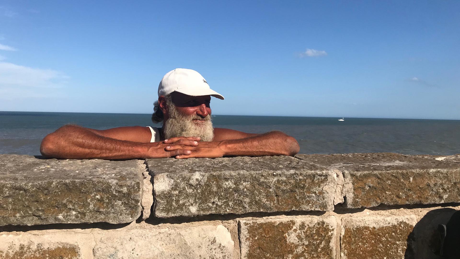 """Mar del Plata despide a """"el ermitaño de Cabo Corrientes"""", un emblemático linyera que vivía junto al mar, rodeado de gatos"""